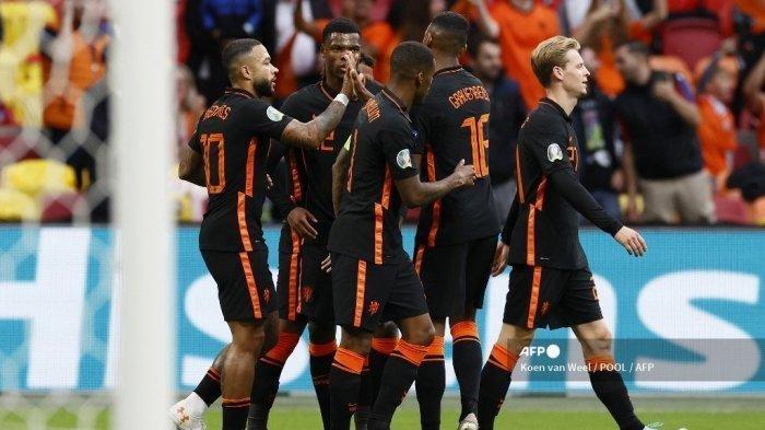 Pemain depan Belanda Memphis Depay (kiri) merayakan gol pembuka timnya dengan rekan satu timnya selama pertandingan sepak bola Grup C UEFA EURO 2020 antara Makedonia Utara dan Belanda di Johan Cruyff Arena di Amsterdam pada 21 Juni 2021.