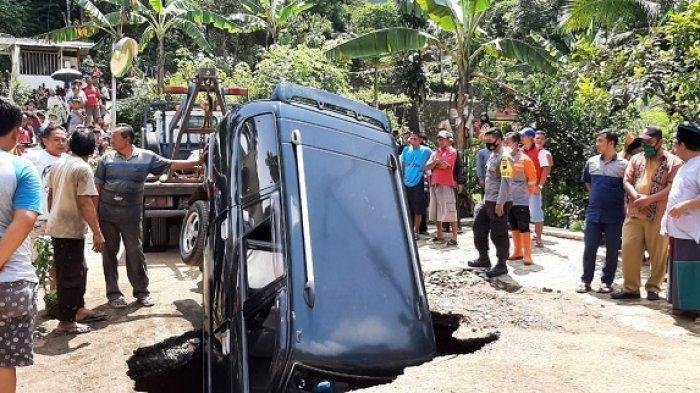 Viral Foto Mobil Nyungsep ke Lubang Tengah Jalan, Lokasi di Wonosobo, Bagaimana Nasib Penumpangnya?
