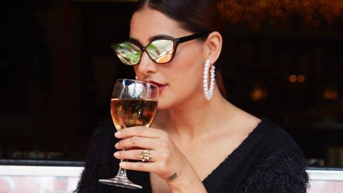 Momen artis India Nargis Fakhri saat meminum sebuah minuman (Instagram/nargisfakhri)