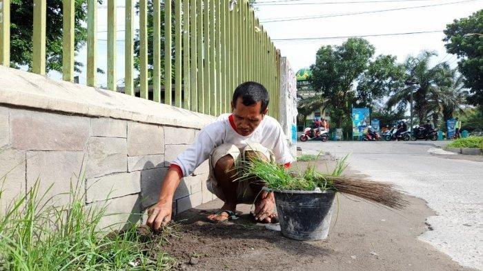 Mulyadi Pemulung yang Sudah 2 Tahun Ikhlas Perbaiki Jalan Rusak Pakai Uang Pribadi, Kisahnya Viral