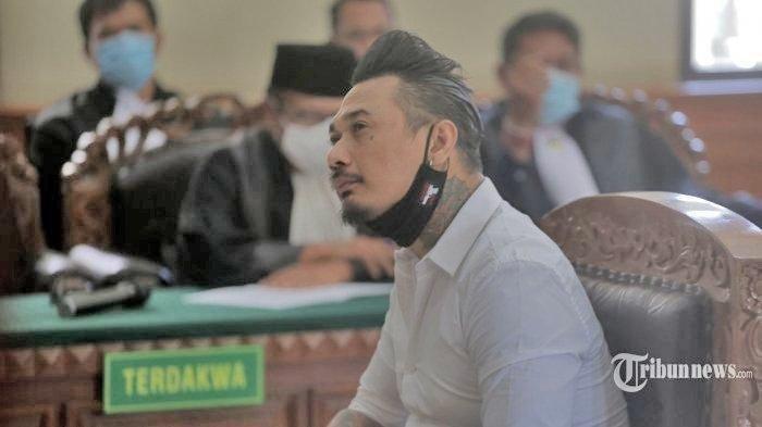 Musisi Jerinx SID diputuskan bersalah dan dihukum penjara 1 tahun 2 bulan penjara oleh majelis hakim Pengadilan Negeri (PN) Denpasar, Kamis (19/11/2020)
