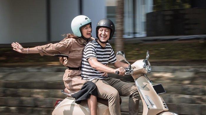 Nadine Chandrawinata bersama Dimas Anggara naik motor