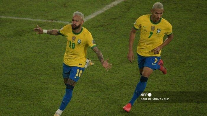 Pemain Brasil Neymar (kiri) merayakan dengan rekan setimnya Richarlison setelah mencetak gol ke gawang Peru selama pertandingan fase grup turnamen sepak bola Conmebol Copa America 2021 di Stadion Nilton Santos di Rio de Janeiro, Brasil, pada 17 Juni 2021.