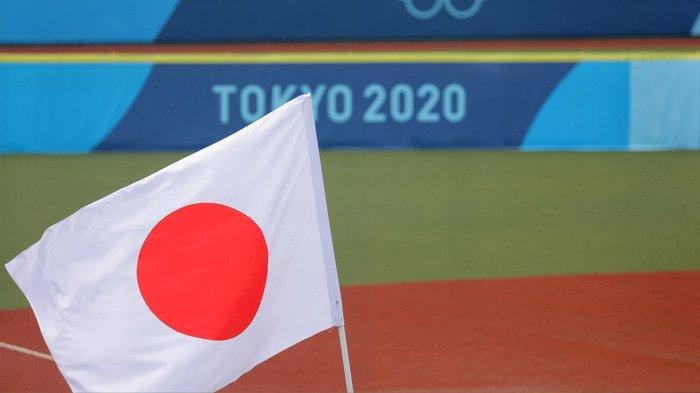 Bendera nasional Jepang dikibarkan di lapangan sebelum pertandingan babak pembukaan softball Olimpiade Tokyo 2020 antara AS dan Kanada di Fukushima Azuma Baseball Stadium di Fukushima, Jepang, pada 22 Juli 2021.