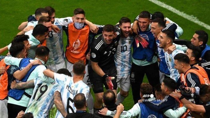 Para pemain Argentina melakukan selebrasi usai pertandingan semifinal turnamen sepak bola Copa America Conmebol 2021 melawan Kolombia di Stadion Mane Garrincha di Brasilia, Brasil, pada 6 Juli 2021.
