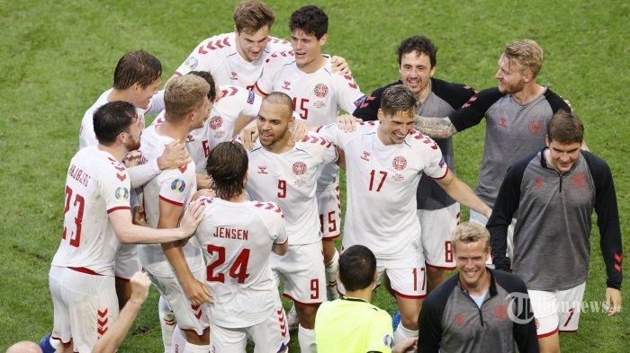 Para pemain Denmark merayakan kemenangan mereka usai laga babak 16 besar UEFA Euro 2020 antara Wales dan Denmark di Johan Cruyff Arena, Amsterdam, Belanda, Sabtu (26/6/2021) malam WIB. Pertandingan berakhir dengan skor 0-4 untuk kemenangan Denmark.