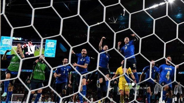 Para pemain Italia merayakan kemenangan mereka dalam pertandingan sepak bola semifinal UEFA EURO 2020 antara Italia dan Spanyol di Stadion Wembley di London pada 6 Juli 2021.