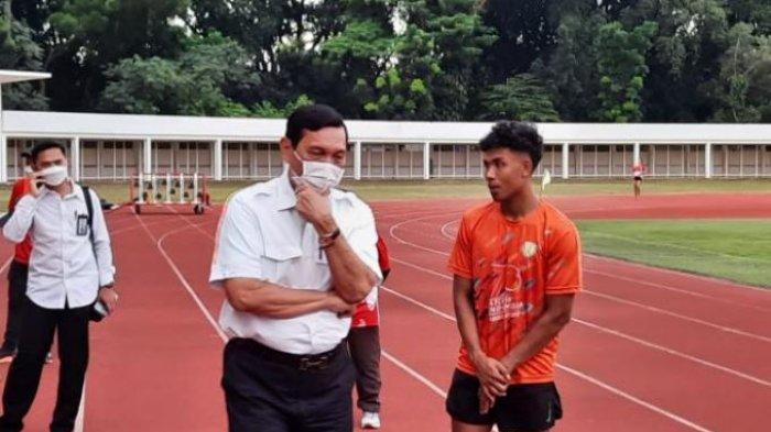 Pelari 100 meter Indonesia, Lalu Muhammad Zohri saat berbincang dengan Ketum PB PASI Luhut Binsar Pandjaitan di Stadion Madya, Senayan, Jakarta, Senin (3/5/2021).