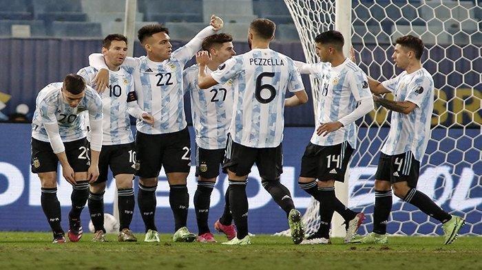 Pemain Argentina Lautaro Martinez (ke-3 dari kiri) setelah mencetak gol ke gawang Bolivia pada pertandingan terakhir fase grup turnamen sepak bola Conmebol Copa America 2021, di Stadion Arena Pantanal Cuiaba, Brazil, Selasa 29 Juni 2021 pagi WIB. Argentina menghadapi Ekuador di perempat final.