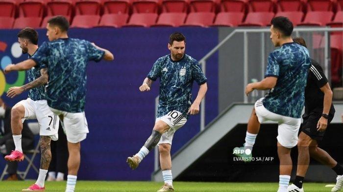 Pemain Argentina Lionel Messi dan rekan setimnya melakukan pemanasan sebelum dimulainya pertandingan fase grup turnamen sepak bola Conmebol Copa America 2021 antara Argentina dan Paraguay di Stadion Mane Garrincha di Brasilia pada 21 Juni 2021.