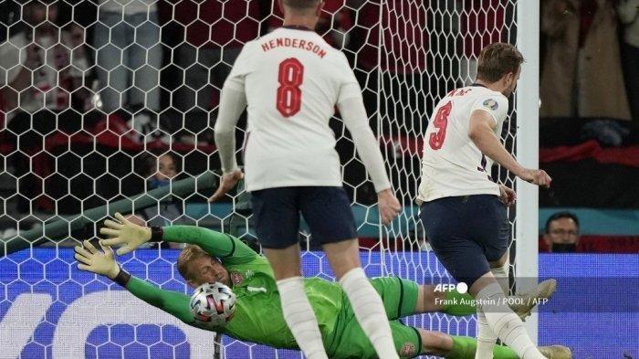 Pemain depan Inggris Harry Kane (kanan) menembak dan mencetak gol tendangan penalti melewati kiper Denmark Kasper Schmeichel (Kembali) selama pertandingan sepak bola semifinal UEFA EURO 2020 antara Inggris dan Denmark di Stadion Wembley di London pada 7 Juli 2021.