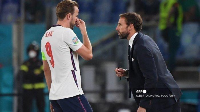 Pemain depan Inggris Harry Kane (kiri) berbicara dengan pelatih Inggris Gareth Southgate selama pertandingan sepak bola perempat final UEFA EURO 2020 antara Ukraina dan Inggris di Stadion Olimpiade di Roma pada 3 Juli 2021.