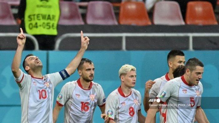 Pemain depan Makedonia Utara Goran Pandev (kiri) merayakan mencetak gol pertama timnya dengan rekan satu timnya selama pertandingan sepak bola Grup C UEFA EURO 2020 antara Austria dan Makedonia Utara di National Arena di Bucharest pada 13 Juni 2021.