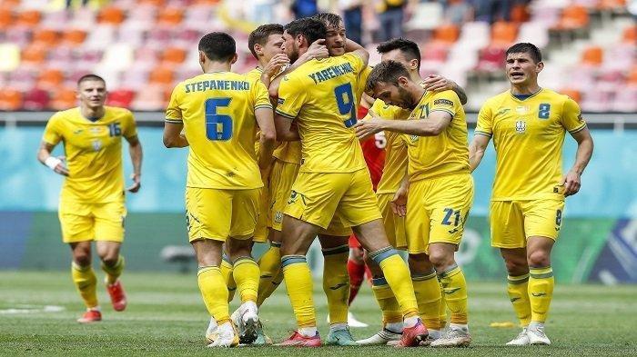 Pemain depan Ukraina Roman Yaremchuk (CL) merayakan dengan pemain depan Ukraina Andriy Yarmolenko (CR) setelah mencetak gol kedua timnya selama pertandingan sepak bola Grup C UEFA EURO 2020 antara Ukraina dan Makedonia Utara di National Arena di Bucharest pada 17 Juni 2021.