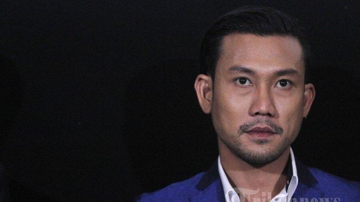 Pemain film Denny Sumargo saat menghadiri acara press screening film terbaru mereka yang berjudul Mata Batin di XXI Senayan City, Jakarta Pusat, Sabtu (25/11/2017). Denny Sumargo memerankan tokoh Davin pada film yang bergenre horor tersebut, meski telah berkali-kali membintangi sejumlah film horor, Namun ternyata ia justru tak berani menonton film dalam genre ini termasuk yang ia bintangi sendiri.