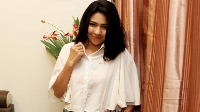 Pemain film Weni Panca saat ditemui pada acara syukuran film 'Missing You' di kawasan Penggadungan, Jakarta Barat, Kamis (14/1/2016). Pada film tersebut Weni Panca memerankan sosok hantu yang menghantui salah satu keluarga yang menghuni rumah baru.