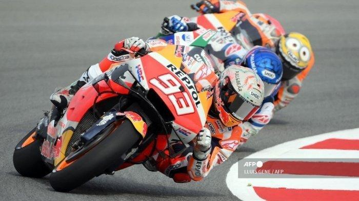 (Kiri ke Kanan) Pembalap Honda Spanyol Marc Marquez, pebalap Honda-LCR Spanyol Alex Marquez dan pebalap Honda Spanyol Pol Espargaro melakukan sesi latihan bebas pertama Moto Grand Prix de Catalunya di Circuit de Catalunya pada 4 Juni 2021 di Montmelo di pinggiran Barcelona.
