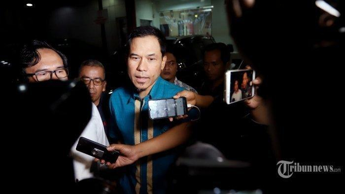 Munarman Bungkam, Tangan Diborgol, Mata Ditutup, Kuasa Hukum Sesalkan Hak Kliennya 'Diamputasi'