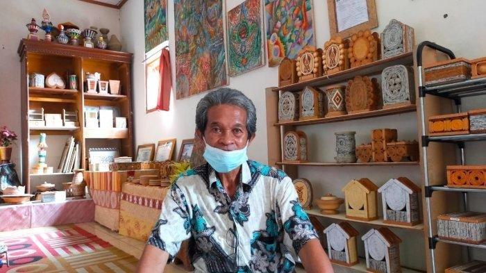 Pensiunan guru, Ahmad Nursyam berkarya dengan memanfaatkan barang-barang bekas.