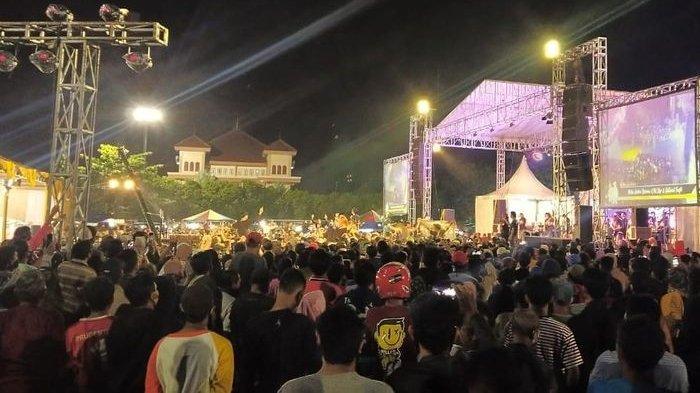 Warga berimpitan menyaksikan pentas dangdutan di tengah pandemi yang digelar salah satu pejabat di Lapangan Tegal Selatan Kota Tegal, Rabu (23/9/2020) malam.