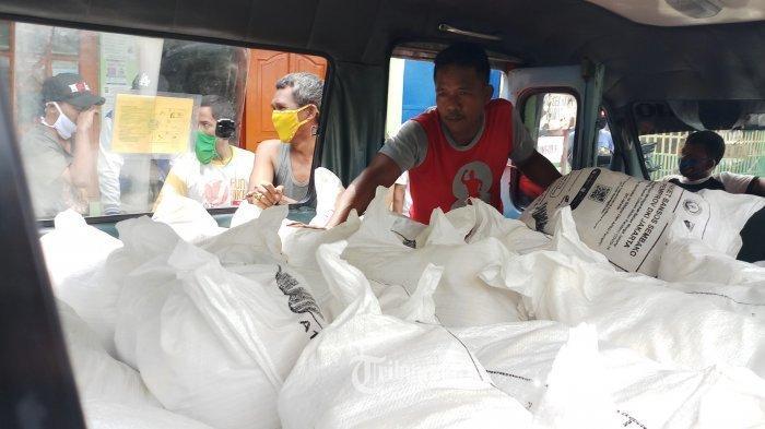 penyaluran bantuan sosial (bansos) berupa beras.