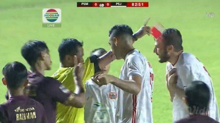 Momen menyakitkan Marko Motta kena kartu merah dan Persija harus tampil dengan 10 pemain. Namun skor akhir PSM Makassar vs Persija 0-0. Penentuan pemenang leg 2