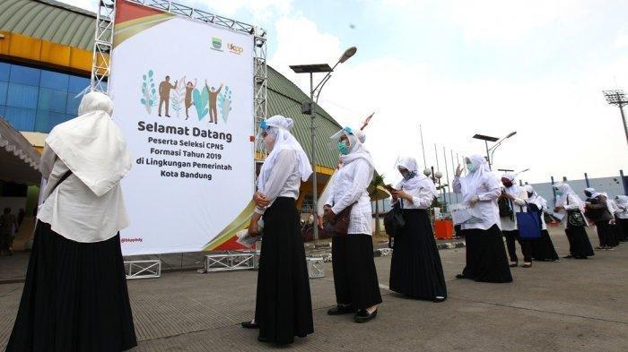 Peserta Seleksi Kompetisi Bidang (SKB) pada Seleksi CPNS Kota Bandung Formasi Tahun 2019 melewati tahapan penerapan dan pemeriksaan protokol kesehatan Covid-19 sebelum masuk ruang tes, di Gedung Youth Sport Center Jabar Arcamanik, Jalan Pacuan Kuda, Kota Bandung, Senin (14/9/2020). Sebanyak lebih kurang 1.400 peserta mengikuti SKB CPNS Kota Bandung Formasi Tahun 2019 yang dibagi dalam enam sesi selama dua hari dengan menerapkan protokol kesehatan ketat sebelum masuk ruang tes, yakni setiap peserta wajib cuci tangan, mengenakan masker dan pelindung wajah, diperiksa suhu tubuh, menjaga jarak aman dengan peserta lain, pakai sarung tangan, membersihkan tangan dengan handsanitizer, dan diperiksa metal detektor.
