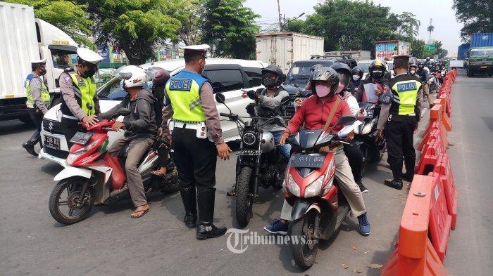 PERKETAT PENGAMANAN DI BATU CEPER - Petugas kepolisian memperketat pengamanan di Pos Penyekatan PPKM di Jalan Daan Mogot Km 19, Batuceper, Kota Tangerang, Sabtu (24/7/2021).