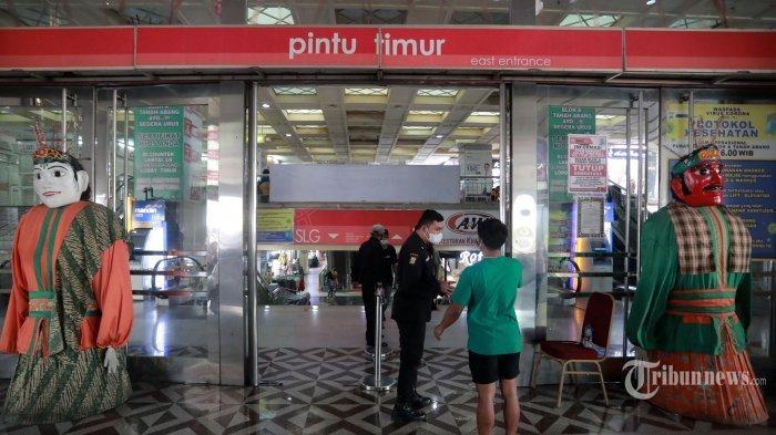 Petugas memeriksa kartu vaksinasi pengunjung yang akan memasuki Pasar Tanah Abang, Jakarta Pusat, Senin (26/7/2021)
