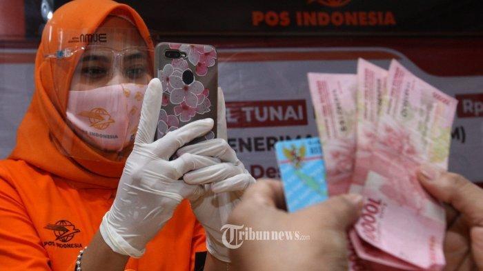 Petugas Pos menyalurkan Bantuan Sosial Tunai (BST) Tahun 2020 di Kantor Pos Cikutra, Jalan PHH Mustofa, Kota Bandung, Rabu (5/8/2020).
