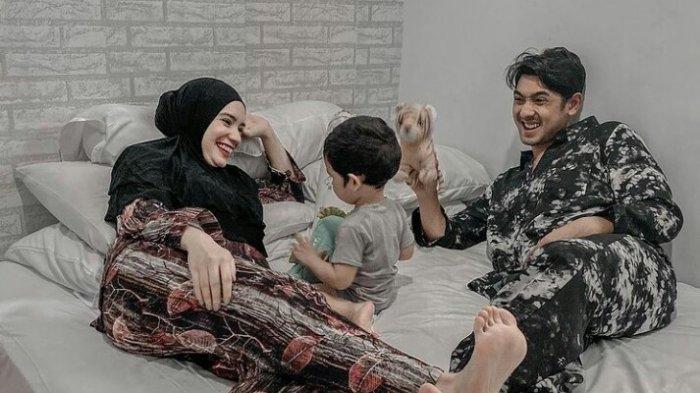 Potret bahagia keluarga kecil Arya Saloka dan Putri Anne bersama putra mereka, Ibrahim Rumi