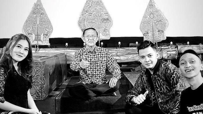 Potret kenangan Nella Kharisma dan Dory Harsa bersama Dalang Ki Manteb Soedharsono