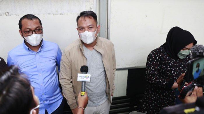 Presenter Vicky Prasetyo menjalani sidang lanjutan terkait kasus pencemaran nama baik di Pengadilan Negeri (PN) Jakarta Selatan, Kamis (5/8/2021). Dalam sidang lanjutan kasus pencemaran nama baik imbas penggerebekan Angel Lelga tersebut, Vicky Prasetyo membacakan pledoi atau pembelaan. Sebelumnya, jaksa penuntut umum menuntut Vicky Prasetyo 8 bulan penjara karena dinilai terbuki secara sah dan meyakinkan melakukan perbuatan tidak menyenangkan yang diatur dalam Pasal 335 KUHP Ayat 1.