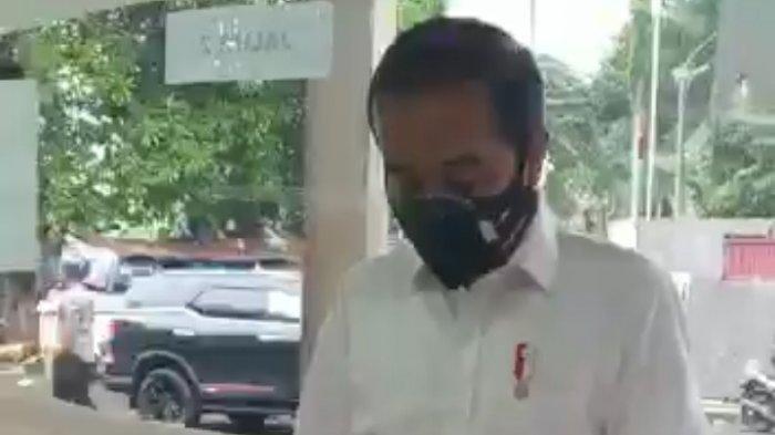 Presiden Jokowi beli obat di sebuah apotik