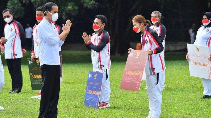 Presiden Jokowi serahkan secara simbolis bonus untuk Greysia Polii dan atlet lainnya