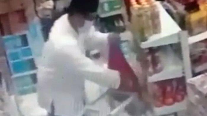 TEREKAM CCTV! Pria Nyamar Jadi Petugas Masjid & Curi Kotak Amal di Minimarket, Tunjukkan Benda Ini
