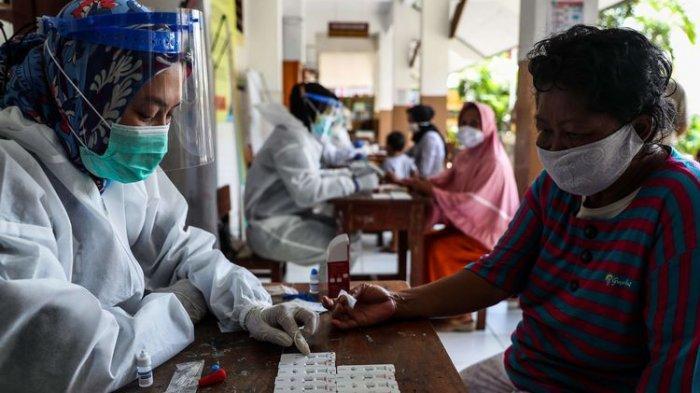 Warga mengikuti rapid test massal yang digelar di SD Negeri 01-03 Petamburan, Tanah Abang, Jakarta Pusat, Selasa (24/11/2020)
