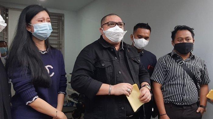 Kuasa hukum Dokter Richard Lee, Razman Arif Nasution, saat memberikan keterangan terkait penangkapan kliennya, ditemani Reni Effendi, Rabu (11/8/2021), di kediaman Richard Lee, Palembang, Sumatera Selatan.