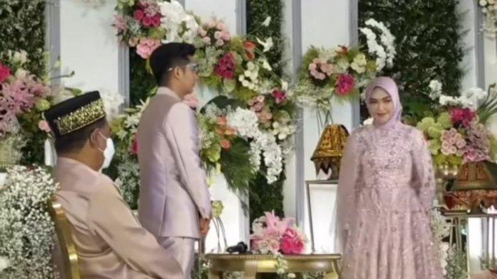 Ria Ricis dan Teuku Ryan dalam acara lamaran mereka yang berlangsung di JW Marriot, Jakarta, Kamis (23/9/2021).