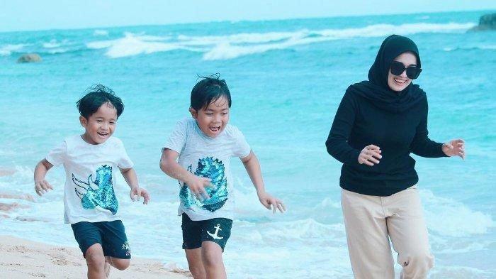 Tunjukkan Ketegaran Pisah dari Ayus Sabyan, Ririe Fairus Liburan Bareng Anak, Banjir Dukungan