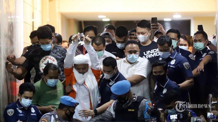 Saling Dorong dengan Polwan, Emak-emak Simpatisan Rizieq Shihab: 'Bapak Gue Polisi Gak Kayak Gini'