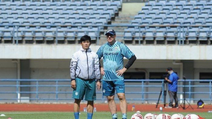 Robert Alberts saat memimpin latihan Persib Bandung.