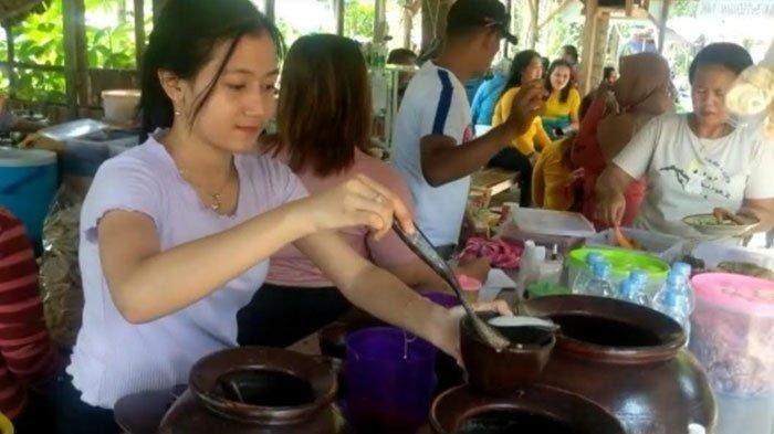 Sabrina Dwi Istiqomah nampak setiap hari sibuk melayani pelanggan di warung milik orangtuanya di Desa Ngadiluwih Kecamatan Ngadiluwih Kabupaten Kediri Jawa Timur.