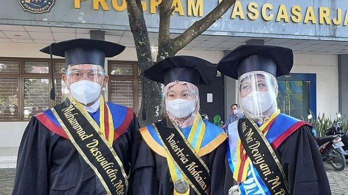VIRAL Satu Keluarga Asal Brebes Diwisuda Bareng di Universitas yang Sama, UMP, Ini Fakta di Baliknya