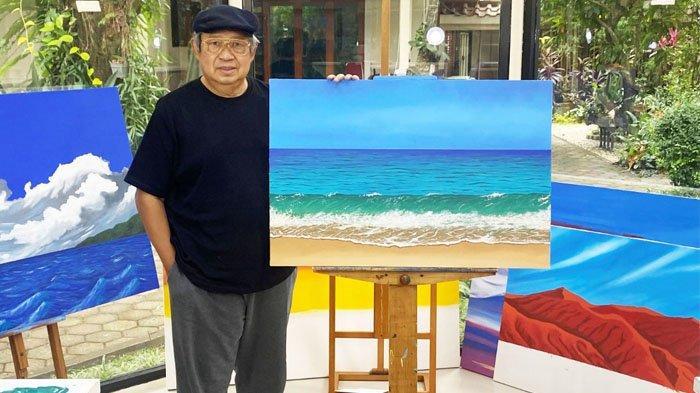 SBY dengan hasil lukisannya tentang Pantai Pacitan