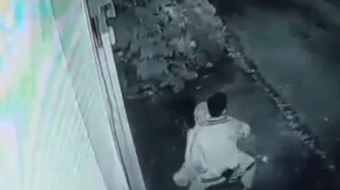 Beradegan Dewasa di Atas Motor, 2 Remaja di Tasikmalaya Ini Ngacir saat Tahu Aksinya Terekam CCTV