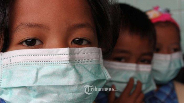 Anak-anak sekolah pakai masker demi cegah penularan virus corona