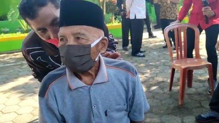 Menapaki usia 100 tahun, semangat Samsuri dalam menjaga kesehatan patut diacungi jempol. Sembari diantar putranya, Samsuri mengikuti vaksinasi Covid-19 di SDN Ketawang, Kecamatan Gondanglegi, Kabupaten Malang, pada Kamis (29/07/2021
