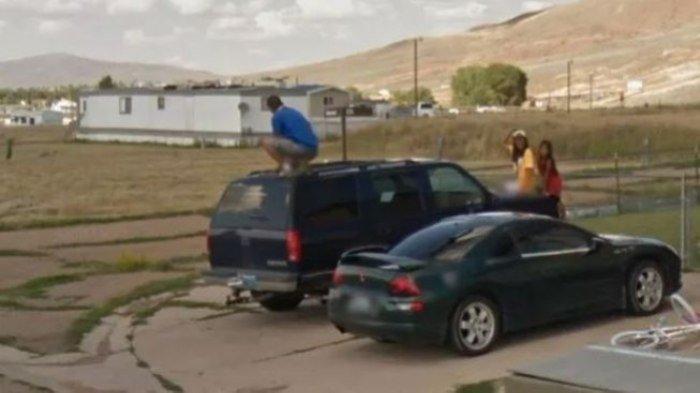 Google Maps Tak Sengaja Rekam Aksi Pria Ini, Lihat Apa yang Dilakukannya di Atap Mobil, Ditertawakan
