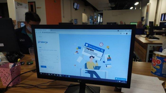 Seorang karyawan mengakses situs resmi Kartu Prakerja login lewat situs www.prakerja.go.id untuk mendaftar Kartu Prakerja gelombang 16. Kuota yang disediakan hanya 300 ribu.